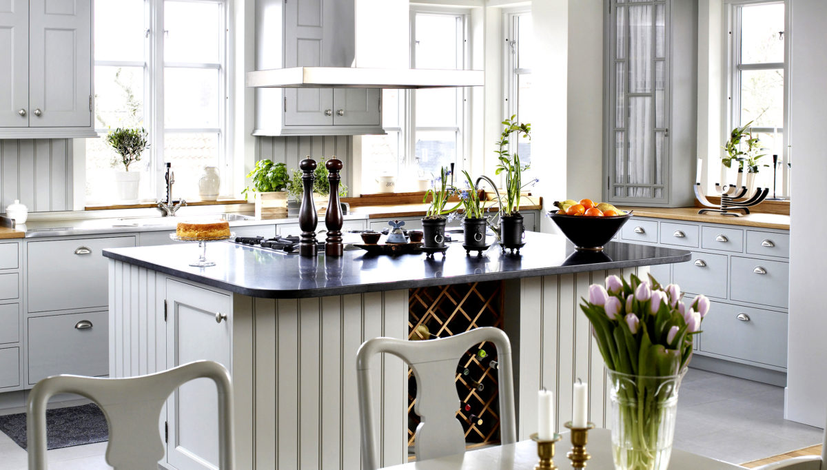 Vi gör det lätt att beställa speciella lösningar. Köksö med vinhylla och gashäll kanske?