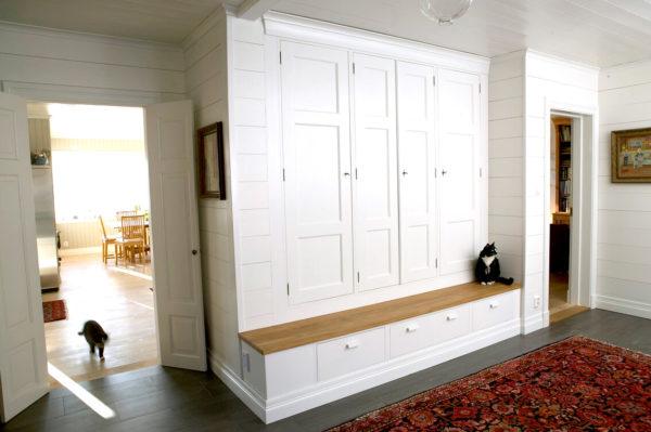 Med platsbyggda skåp och hyllor kan du utnyttja dina väggar mer. Och du får det precis som du vill ha det.