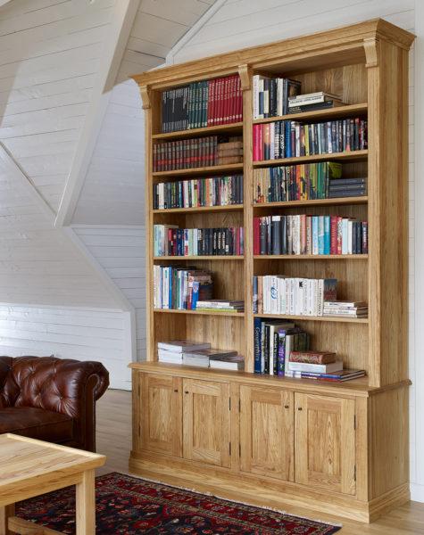Med platsbyggda hyllor kan du utnyttja dina väggar mer genom att få exakt det mått som passar in. Du kan bygga på höjden, kanske montera en stege, rama in fönster och dörrar och utnyttja de väggytor som inte används annars.